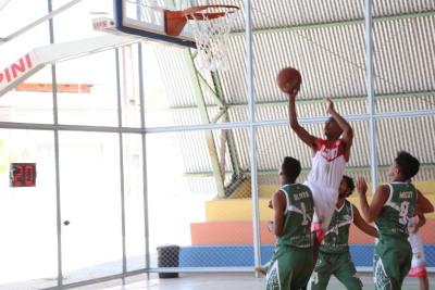 Lance do jogo entre o Tocantins e Amapá no basquete masculino