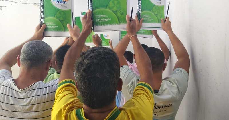 Reeducandos recebem kits preparatórios para o Enem