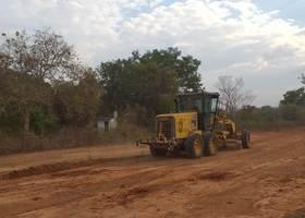 Além do patrolamento das estradas áreas de convivência coletiva também está recebendo melhorias.