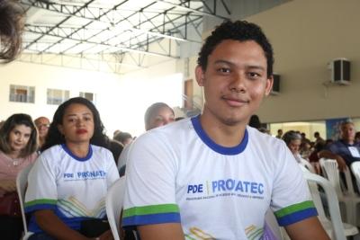 Mateus dos Santos Lima recebeu o certificado de Balconista de Farmácia