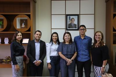 Lucas Gloria Lopes com sua professora e equipe técnica da Seduc
