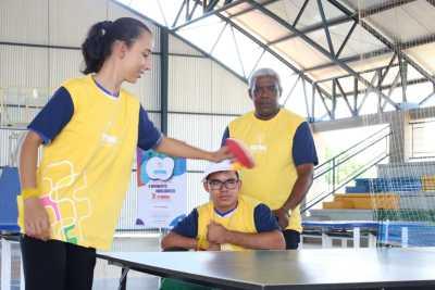 Na cadeira de rodas, estudante Everton Tavares recebeu orientações técnicas e praticou as três modalidades