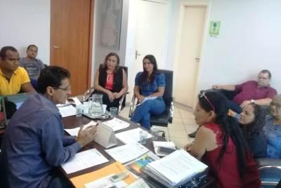 Presidente Romis Alberto em reunião com a prefeita de Caseara, Idislene Santana, e lideranças locais