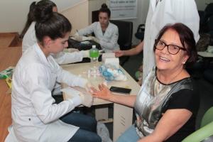 Acadêmicos do curso de bioquímica realizando teste de hepatite C em servidores do Naturatins