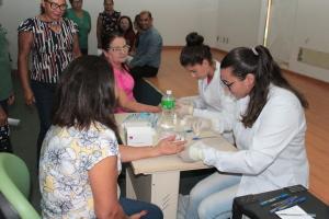 Servidores do Naturatins durante realização de teste rápido de hepatite C