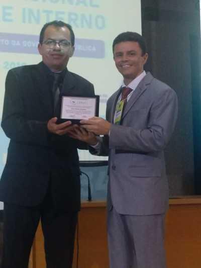 Momento de agradecimento ao palestrante durante o XV Encontro Nacional do Conaci