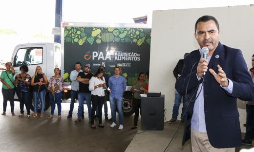 Governador em exercício Wanderlei Barbosa faz entrega de kit da Agricultura Familiar para a Central de Palmas