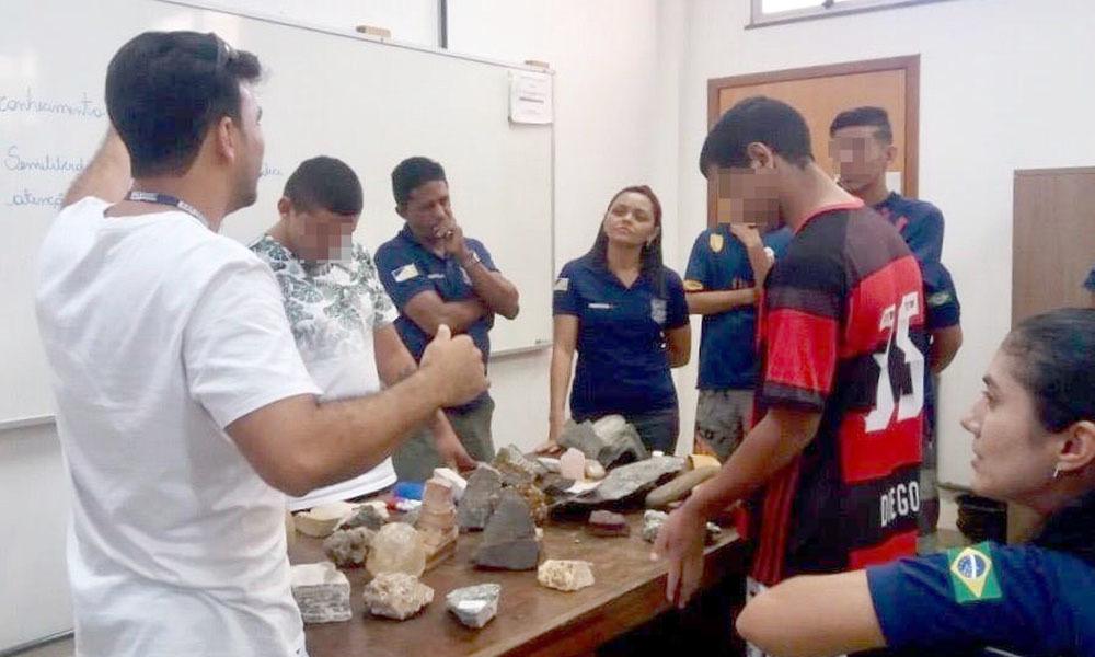 Seis adolescentes participaram da visita ao laboratório de geologia (Foto: Cidadania e Justiça/Governo do Tocantins/Divulgação)