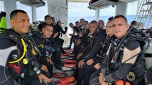 Grupo de mergulhadores em Recife, em busca de águas profundas