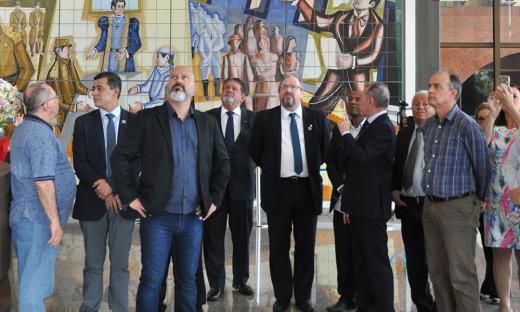 Na visita ao Palácio, o grupo pôde conhecer um pouco da história do Estado, por meio de seus painéis