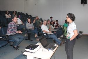 A bióloga Angélica Beatriz explicou as relações entre os temas escolhidos para a apresentação das palestras