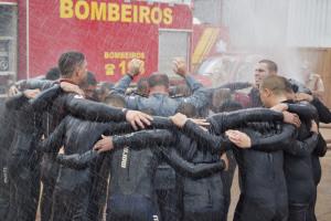 Banho de água como despedida do tenente-coronel Morais e formatura dos mergulhadores, que oraram no final da cerimônia