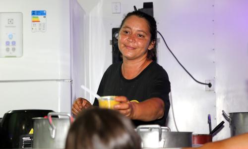 Há menos de dois anos com um food truck, Flávia Gonçalves levou o negócio para a festa, oferecendo um cardápio variado