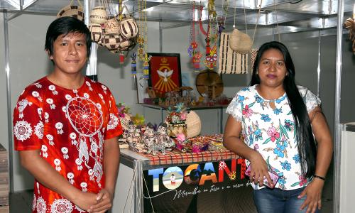 Txibie e Bikunaki Karajá deixaram a Aldeia JK, na Ilha do Bananal, para comercializar sua produção artesanal de forma direta ao público -