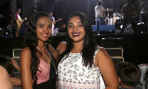 Juliana Moraes e Amanda Sousa chegaram cedo à Praça dos Girassóis e logo se posicionaram na grade diante do palco montado para a festa