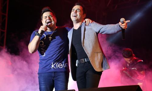A programação de shows na Praça dos Girassóis entrou pela madrugada com a dupla Cleiton e Camargo -