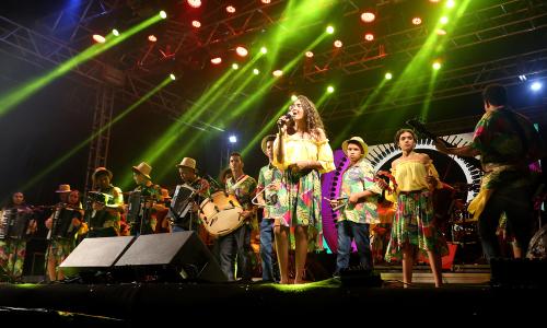 Antes de Solange Almeida subir ao palco, o público vibrou com a apresentação animada da Banda Sanfônica da Seduc