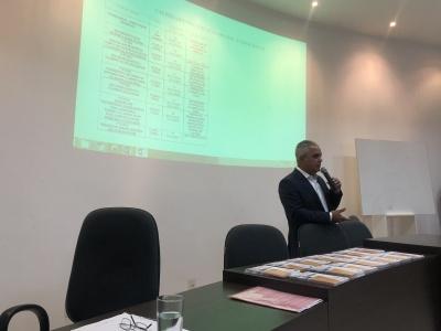Presidente, Aleandro Lacerda destacando a importância da participação dos corretores na licitação