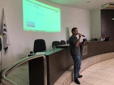 O Presidente da Comissão permanente de Licitação, Anderson Silva explicando o passo a passo para o credenciamento