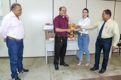 Na ocasião, a primeira-dama também realizou a doação de produtos para a paróquia Santa Teresa D'Avila