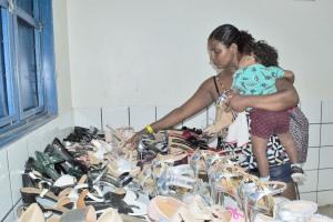 Centenas de pares de calçados e roupas foram ofertados a R$ 2,00 cada