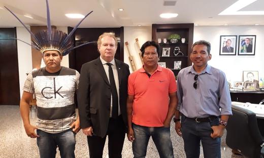Governador Carlesse recebe a visita dos caciques Karajá, Izaque Waxia Karajá e Clebe Ixydeo Karajá; o também do indígena Wesley Kanela Karajá