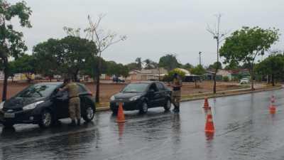 Policiais militares durante a realização de abordagens a veículos