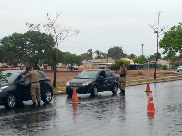 Policiais militares durante a realização de abordagens à veículos