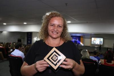 Professora com o troféu que recebeu na etapa estadual do Prêmio Sebrae de Educação Empreendedor