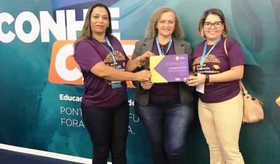 Aclaides de P. de Almeida Ferreira e a professora Marilene Pereira Guimarães com certificação entregue pela analista do Sebrae Tocantins, Izana Assunção