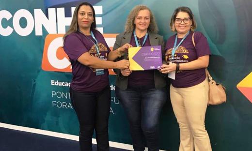 Aclaides de Almeida Ferreira e a professora Marilene Pereira Guimarães com certificação entregue pela analista do Sebrae Tocantins, Izana Assunção