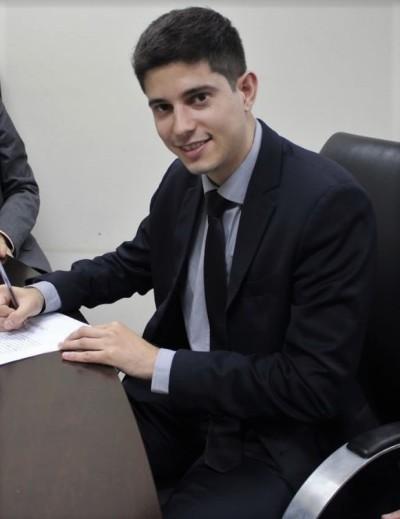 Renan Sales de Meira foi o primeiro aprovado do terceiro concurso a tomar posse