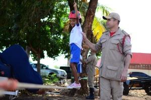 Major Nilton acompanha aluno durante passagem pela corda