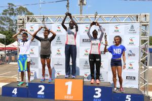 As campeãs da prova feminina de 21 km subiram ao pódio para premiação