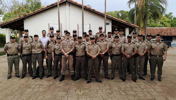O gerente de Análise de Licitação e Contratos da CGE, Paulo Augusto Lopes Ribeiro, com os alunos da PM