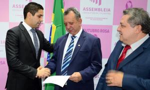 Secretário-chefe da Casa Civil, Rolf Vidal, entregou uma cópia da LDO para o presidente da Assembleia Legislativa do Estado, o deputado Antonio Andrade