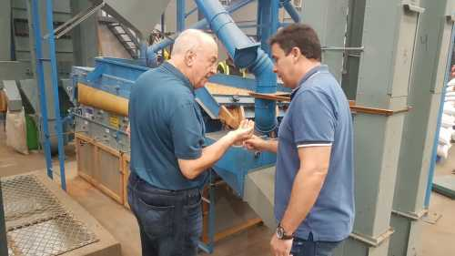 Proprietário da Porto Cereal apresenta ao secretário como é feita a seleção dos grãos