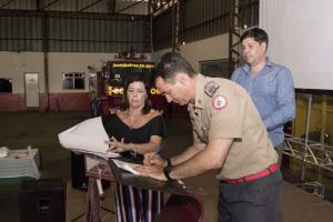 O coronel Leandro assina a manutenção do Projeto Cinoterapia em parceria com o HGP