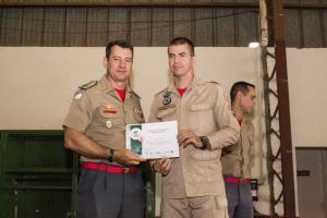 Coronel Leandro e o sargento Mollo na cerimônia de manutenção do projeto