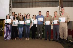 Parceiros com os certificados entregues pelo Corpo de Bombeiros Militar