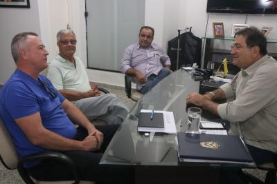 Secretário, responsável da Diocese de Miracema e o gerente de  Agroindústria da Seagro debatem projeto em Juarina