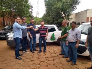 FOTO 02 - Vice-Presidente do Naturatins Rafael Felipe entrega chave de um dos veículos ao biólogo da Diretoria de Biodiversidade e Áreas Protegidas Tiago Scapini_Crédito Cleide Veloso - Governo do Tocantins_300.jpg