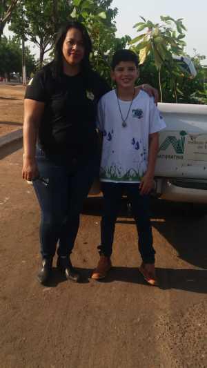 A gerente da Regional do Naturatins, Thuria Reis e o aluno Renhan Kauê do Colégio Estadual Osvaldo Franco de Araguatins