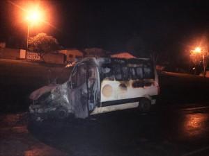 Ambulância estava a caminho de Goiânia e foi parcialmente destruída