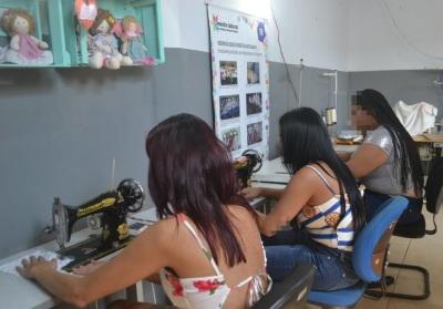 Sete reeducandas participam de curso de corte de costura