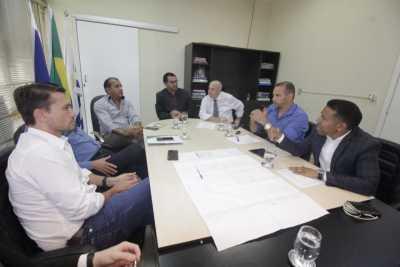 Vice-governador, Wanderlei Barbosa. ladeado do secretário Ridoval, discute reorganização do segmento automotivo
