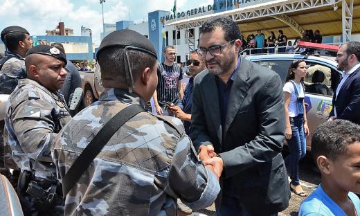 Vice- governador cumprimenta policiais militares