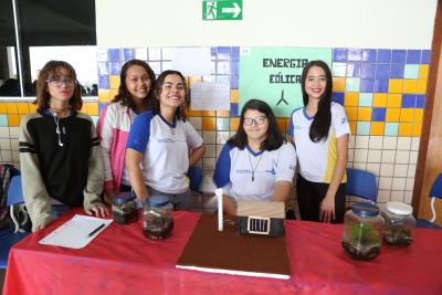 Beatriz Molina (centro), da 1ª série do ensino médio, trabalhou a proposta de produção de energia eólica com seu grupo