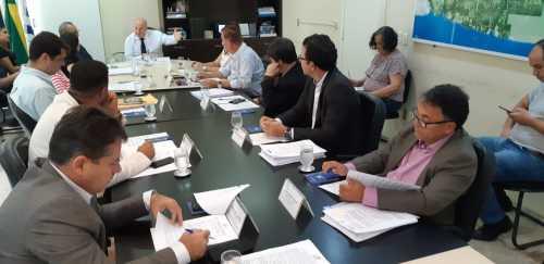Legenda: Conselheiros analisam pauta da reunião para concessão de benefícios fiscais a oito empresas