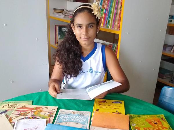 Estudante Anne Priscila leu 80 livros durante o bimestre